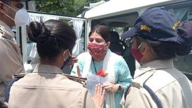 Photo of VIDEO-फूल और ज्ञापन देने पहुंची नूरी खान को इसलिए भेजा जेल